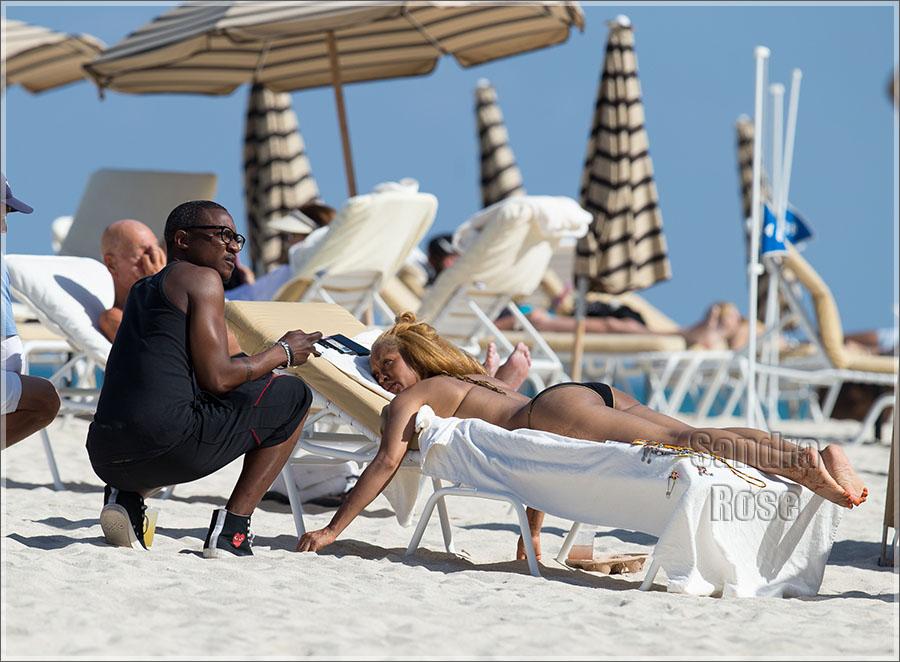 Music legend Erykah Badu shows off her incredible bikini body Miami.