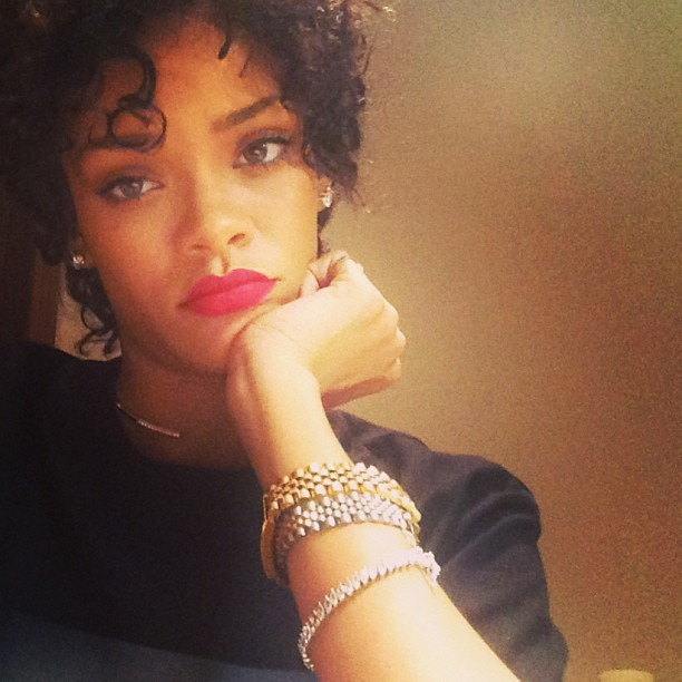 For her latest do, Rihanna has chosen a short and curly do, reminiscent of Joseline